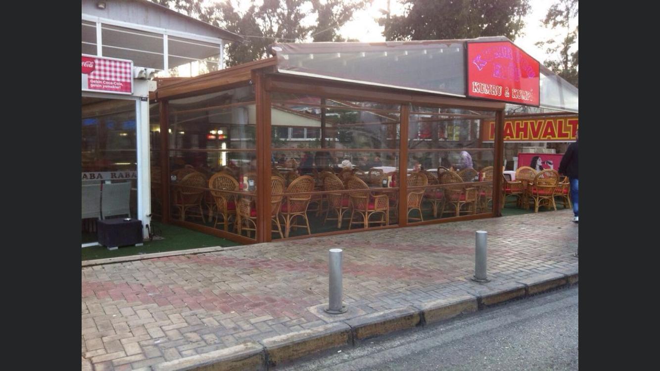 Şeffaf stor görseli barındıran kafe resmi